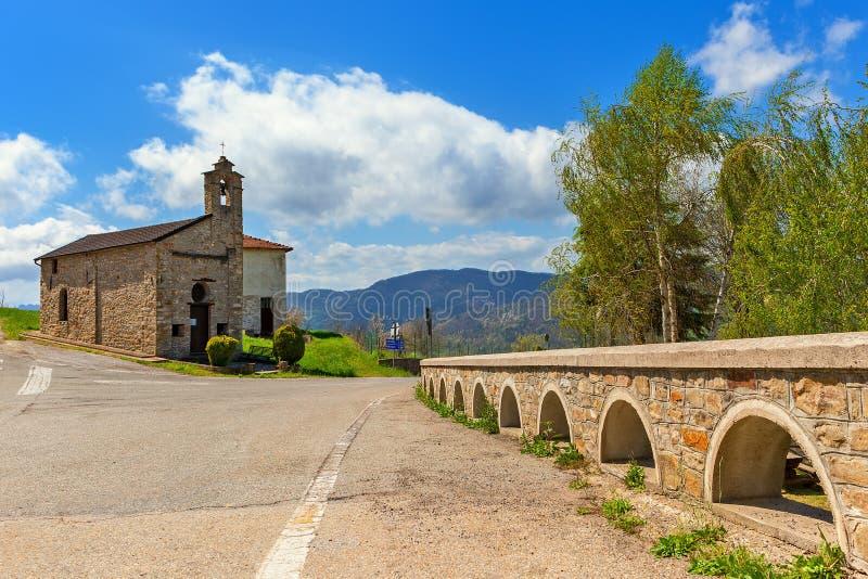 Weg en kerk in Italië royalty-vrije stock afbeelding