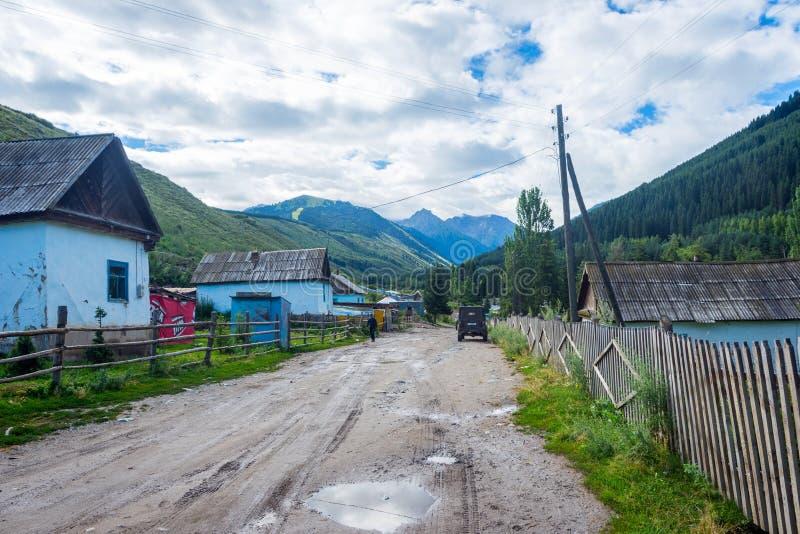 Weg en rivier in het nationale park van Karakol, Kyrgyzstan royalty-vrije stock foto