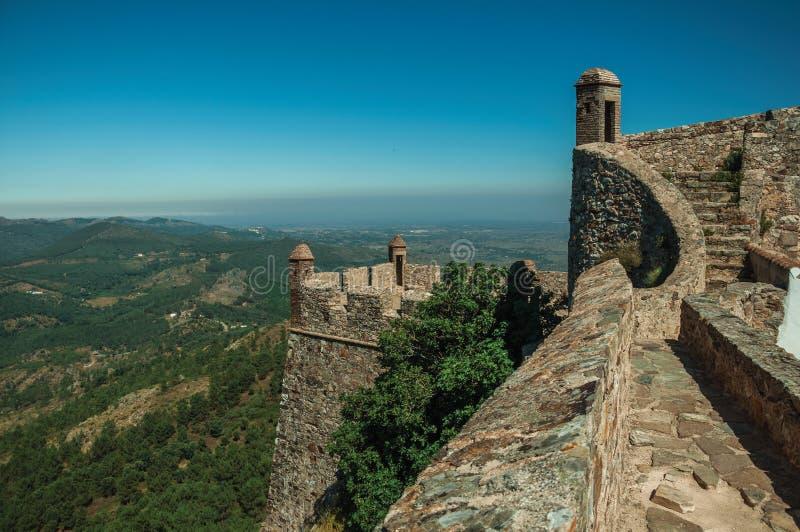 Weg en treden op muur met watchtowers bij het Marvao-Kasteel stock fotografie