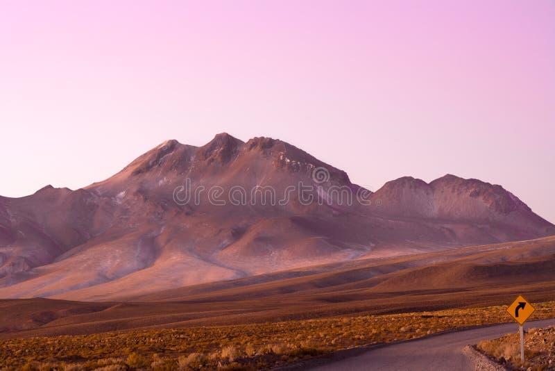 Weg en verkeersteken in het Hoge Andesplateau van Altiplano, Atacama-woestijn, Chili royalty-vrije stock afbeeldingen