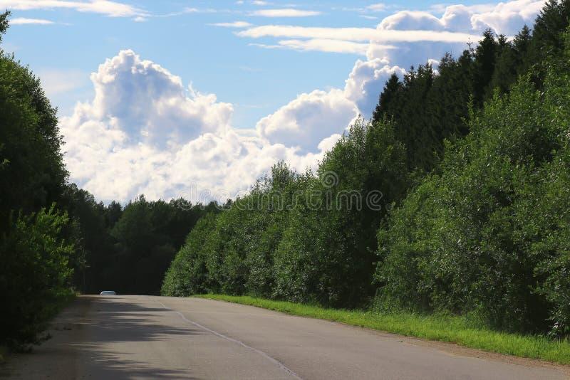 Download Weg In Het Gebieds Bewolkte Landschap Stock Foto - Afbeelding bestaande uit bewolkt, rijweg: 107709176