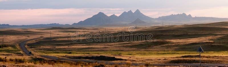 Weg in het panorama van woestijnbergen stock afbeelding