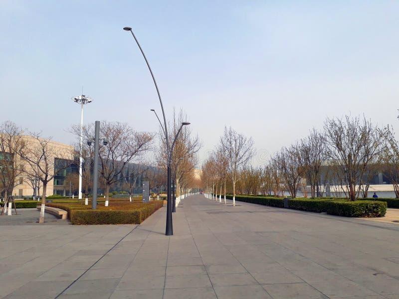 Weg in het park langs het meer Tianjin, China royalty-vrije stock afbeelding