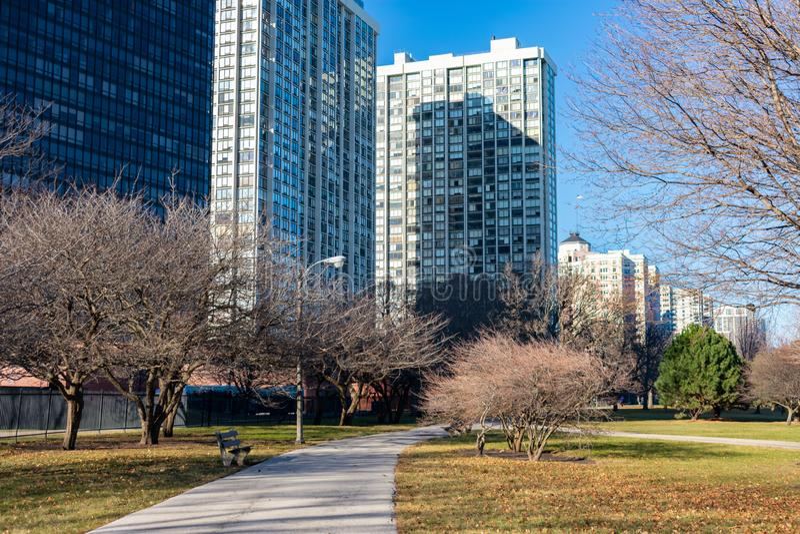 Weg in het Park van Edgewater Chicago met Woningbouw royalty-vrije stock foto