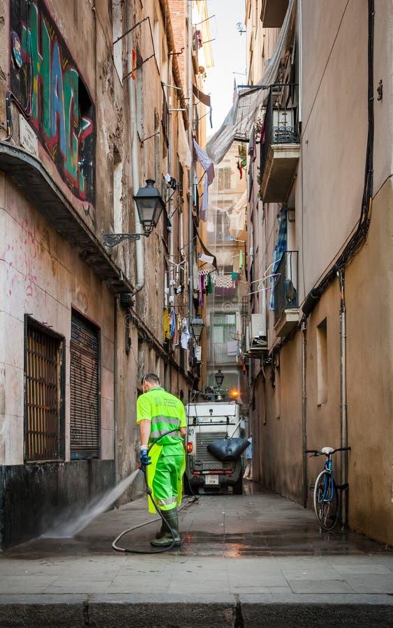Weg het schoonmaken in de straten van Barcelona, mens in eenvormig royalty-vrije stock afbeelding