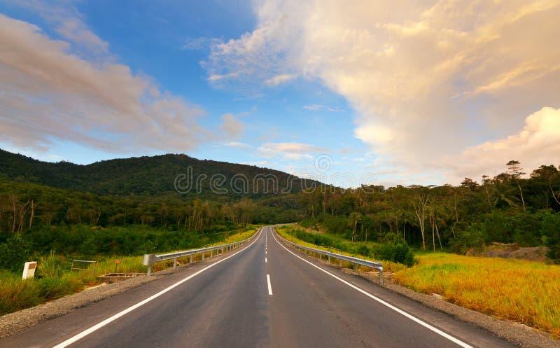 Weg in heuvels met blauwe hemel stock afbeeldingen
