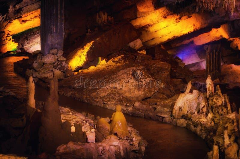 Weg innerhalb der natürlichen Grotte Große georgische PROMETHEUS-Höhle herein gelegen nahe Kutaisi, Georgia stockfotografie