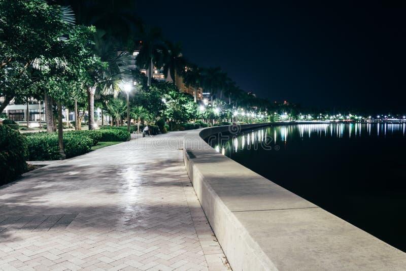 Weg langs de Intracoastal Waterweg bij nacht in het Westenpalm beach stock foto's