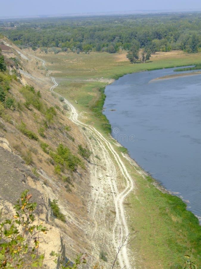Weg langs de rivier stock afbeelding