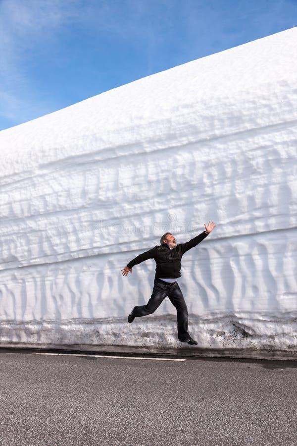 Weg langs de sneeuwmuur Noorwegen in de lente stock afbeeldingen