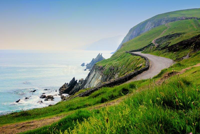 Weg langs de toneelkust van westelijk Ierland Sleahoofd, Dingle schiereiland, Provincie Kerry stock foto's
