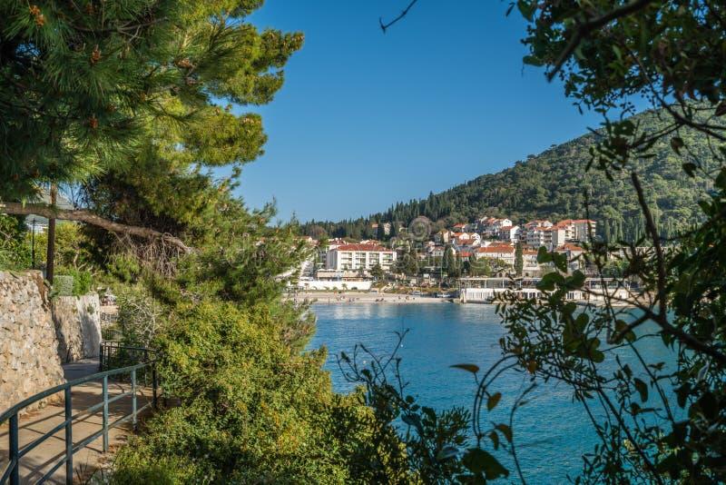Weg langs overweldigende overzeese kust in Dubrovnik stock afbeeldingen