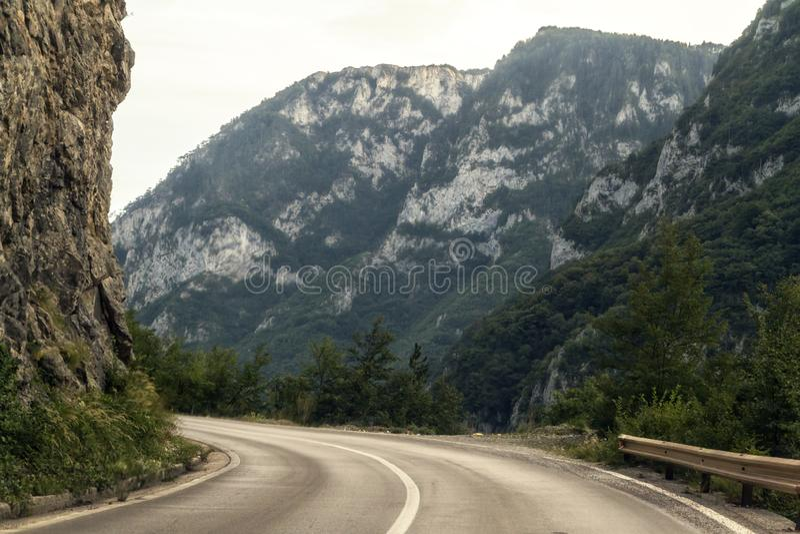 Weg langs Piva-riviercanion in noordelijke Montenegro royalty-vrije stock foto
