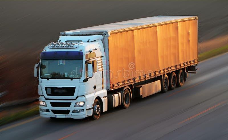 Weg met auto's en Vrachtwagen stock fotografie