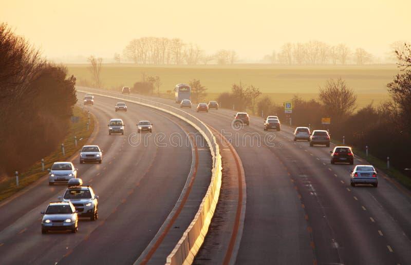Weg met auto's en Vrachtwagen stock afbeeldingen