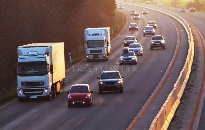 Weg met auto's en Vrachtwagen stock foto