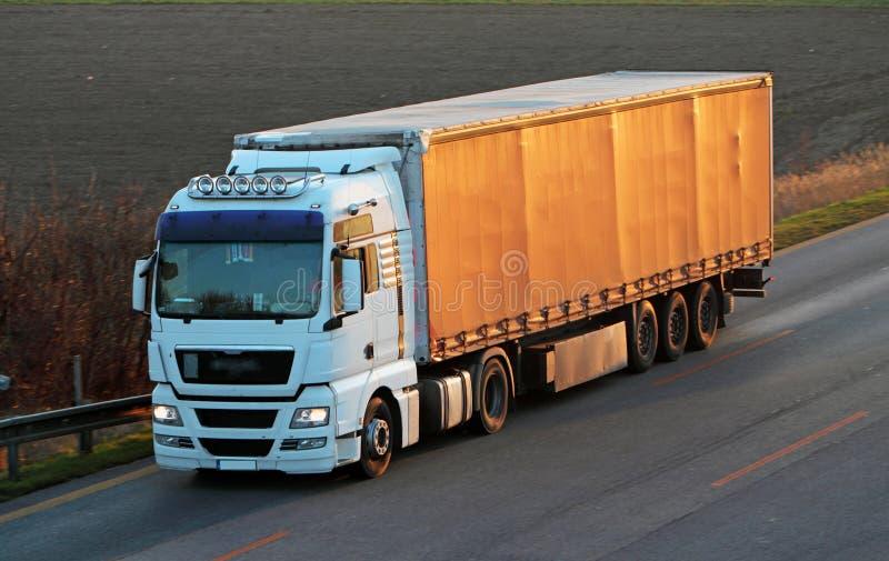 Weg met auto's en Vrachtwagen royalty-vrije stock afbeelding