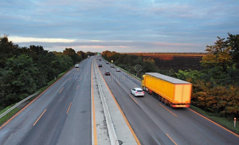 Weg met auto's en Vrachtwagen stock afbeelding