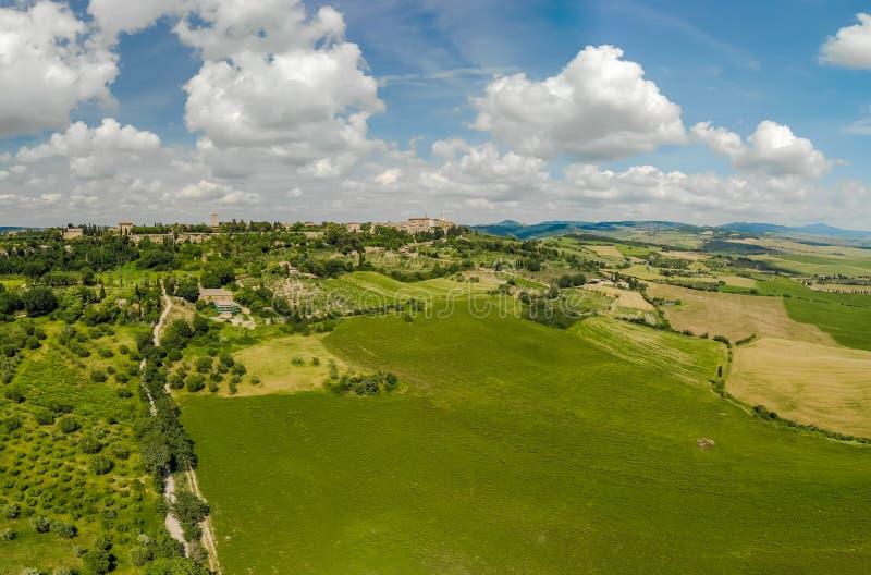 Weg met cipresbomen in orcia van Val D (Orcia-Vallei) dichtbij Pienza in Toscani?, Itali? - cipresbomen langs het beroemde wit stock foto