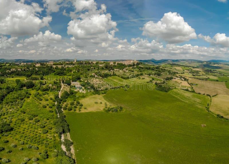Weg met cipresbomen in orcia van Val D (Orcia-Vallei) dichtbij Pienza in Toscani?, Itali? - cipresbomen langs het beroemde wit stock afbeeldingen
