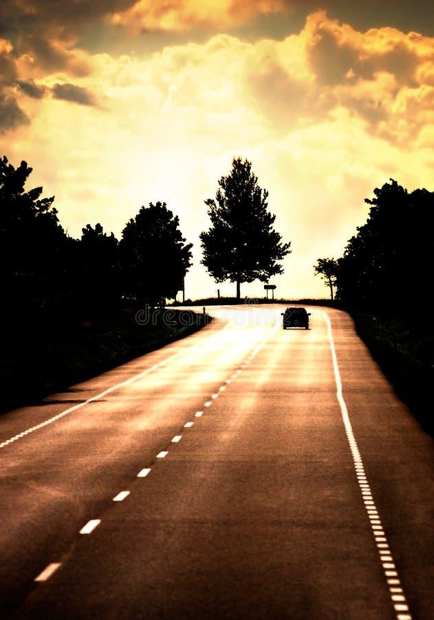 Weg met eenzame auto stock foto's
