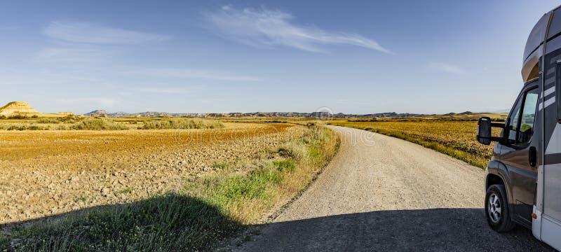 Weg met Kampeerauto in een Woestijn royalty-vrije stock foto