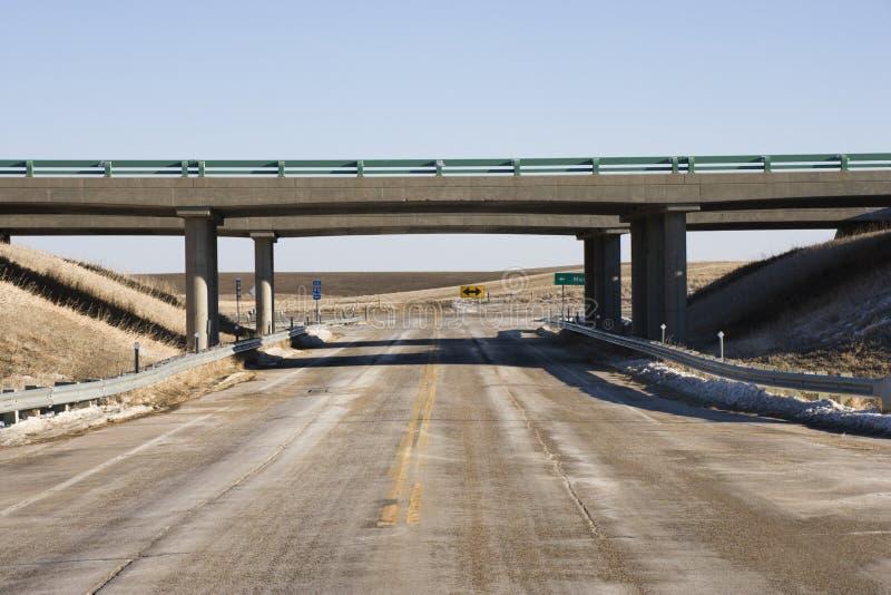 Weg met viaductbrug. stock afbeeldingen