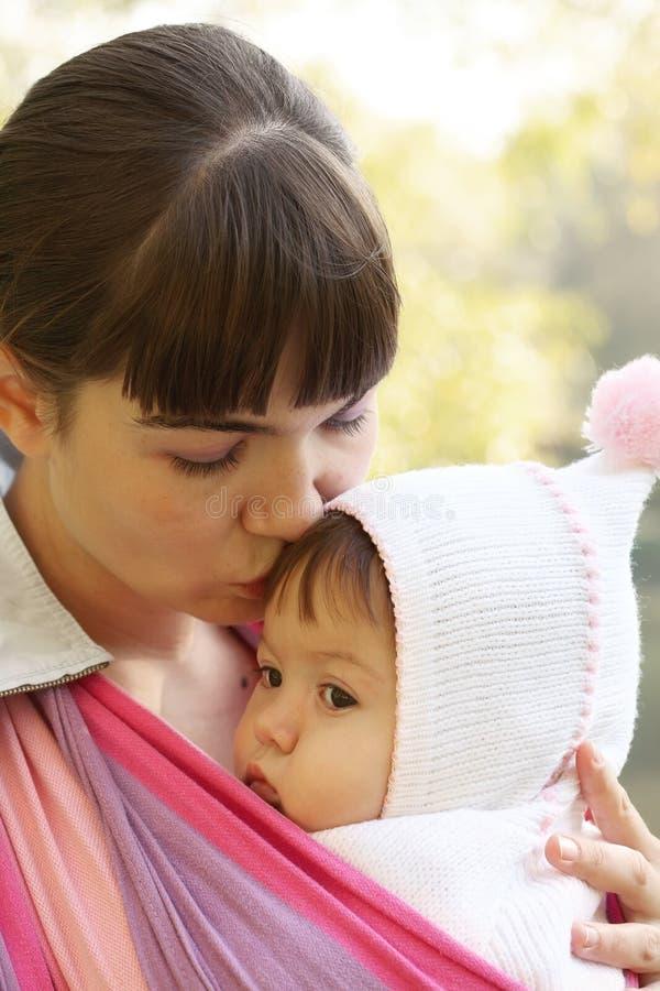 Junge Mutter Mit Ihrem Baby In Einem Babytrageschal