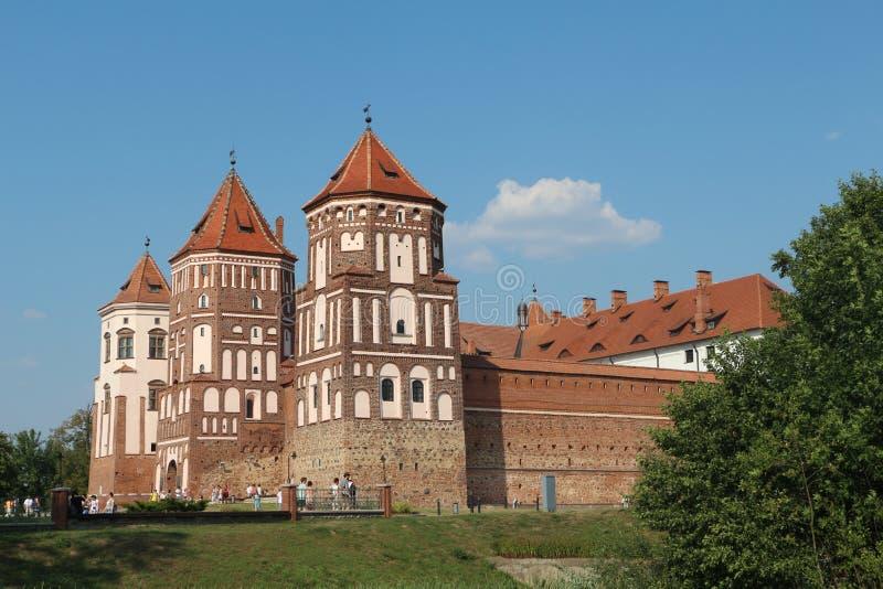 Weg mit dem weltlichen Schloss in Weißrussland stockfotografie