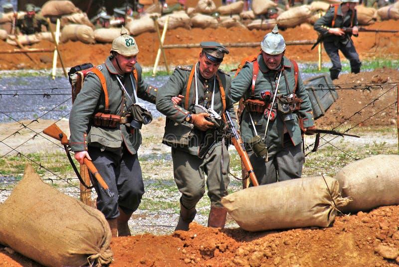 Weg mit drei Soldaten-reenactors auf dem Schlachtfeld lizenzfreies stockfoto