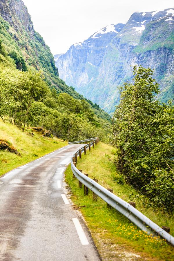 Weg in Noorse bergen royalty-vrije stock fotografie