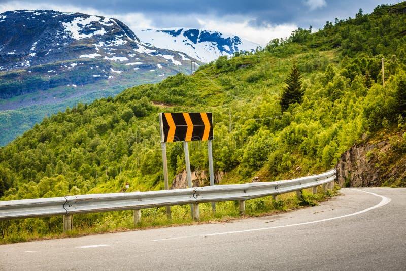 Weg in Noorse bergen stock foto's