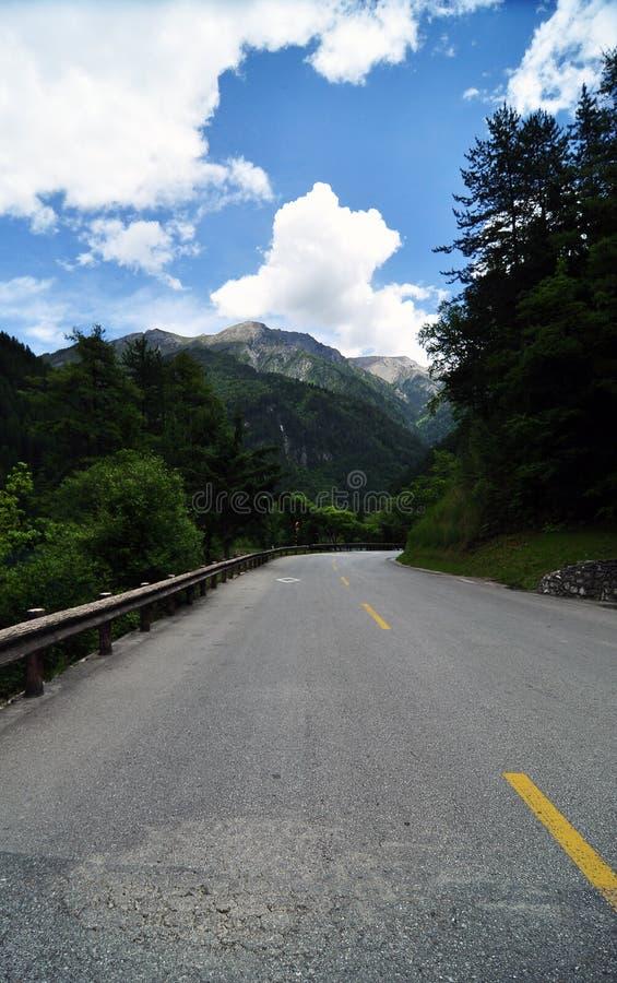 Weg onder de sneeuw-berg stock afbeelding