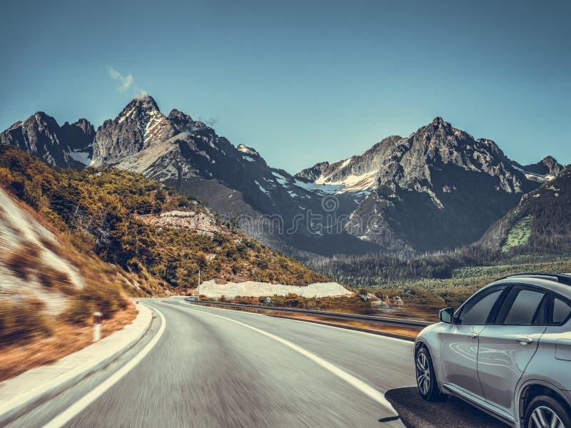 Weg onder het berglandschap Witte auto op een bergweg royalty-vrije stock afbeeldingen