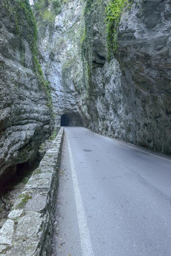 Weg onder steil ravijn bij Brasa-kloof, Tremosine, Italië royalty-vrije stock afbeeldingen
