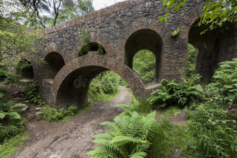 Weg onder zeven overspannen brug bij de Terrasvormige Tuinen van Rivington royalty-vrije stock foto's