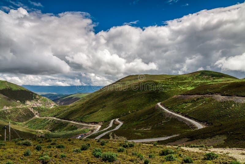 Weg op de berg onder blauwe hemel royalty-vrije stock fotografie