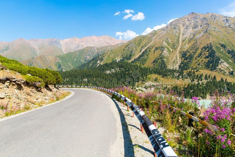Weg op het Grote Meer van Alma Ata, aard groene bergen en blauwe hemel in Alma Ata, Kazachstan, Azië royalty-vrije stock foto