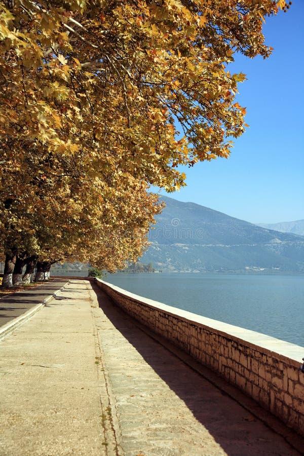 Weg op het meer van Ioannina royalty-vrije stock afbeeldingen