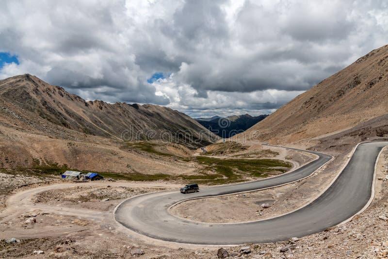 Weg op het plateau van Tibet stock foto's