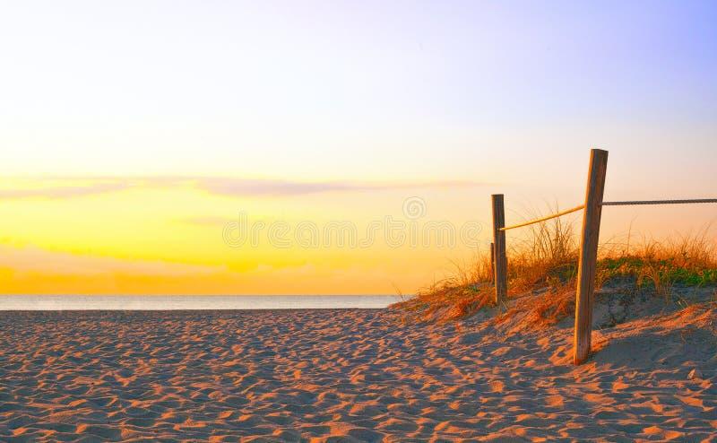 Weg op het zand die naar de oceaan in het Strand van Miami gaan stock afbeelding