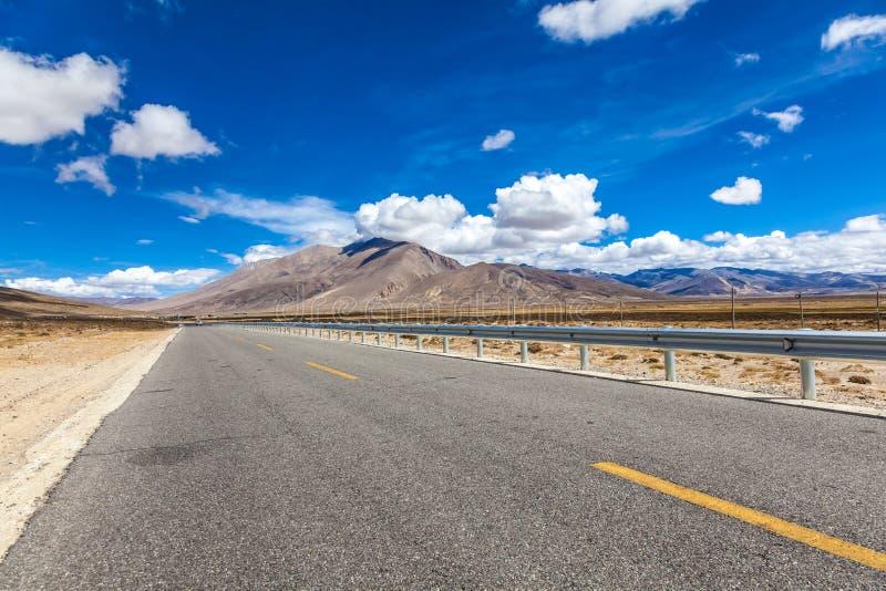Weg op plateau van de bergen Tibet van Himalayagebergte stock afbeelding