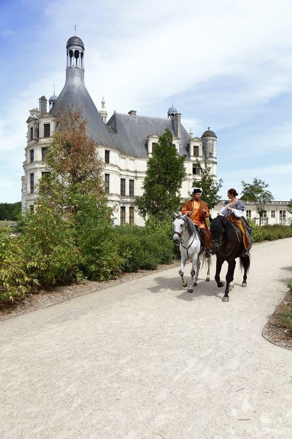 Weg Reenactors zu Pferd durch Chateau de Chambord, Chambord, Loire Valley, Frankreich - geschossenes im August 2015 lizenzfreie stockbilder