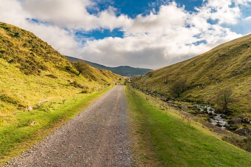 Weg in Richtung zu Fan Fach, Carmarthenshire, Dyfed, Wales, Großbritannien Llyn y lizenzfreie stockfotos