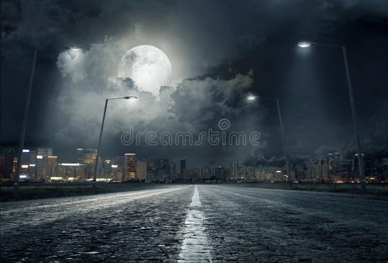 Weg in stad bij nacht stock foto