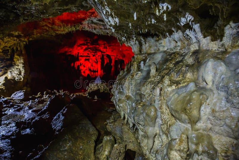 Weg of tunnel binnen een oud mooi hol en een kerker met een backlight royalty-vrije stock afbeelding
