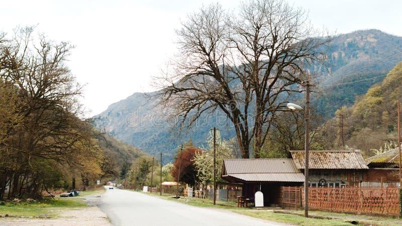 Weg tussen heuvels en bergen in Gagra stock foto