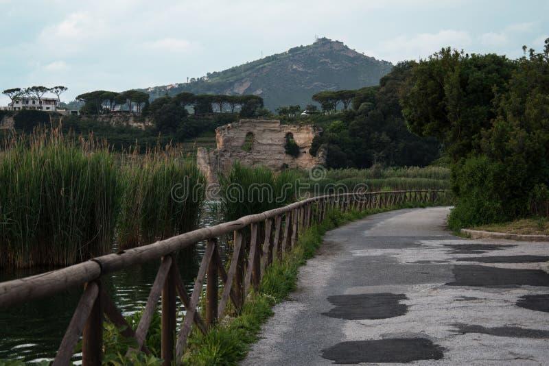 Weg um den Averno See in Pozzuoli, Neapel lizenzfreie stockfotos