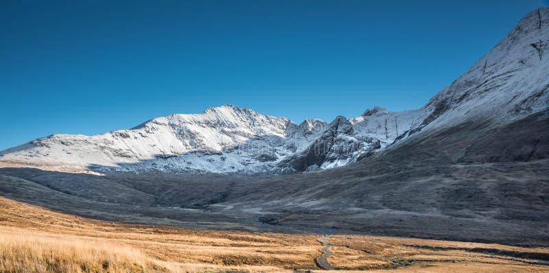 Weg und Winterlandschaft in den Bergen - Schnee bedeckte felsige Gipfel von Cuillins in Glenbrittle, Insel von Skye, Schottland stockfotos