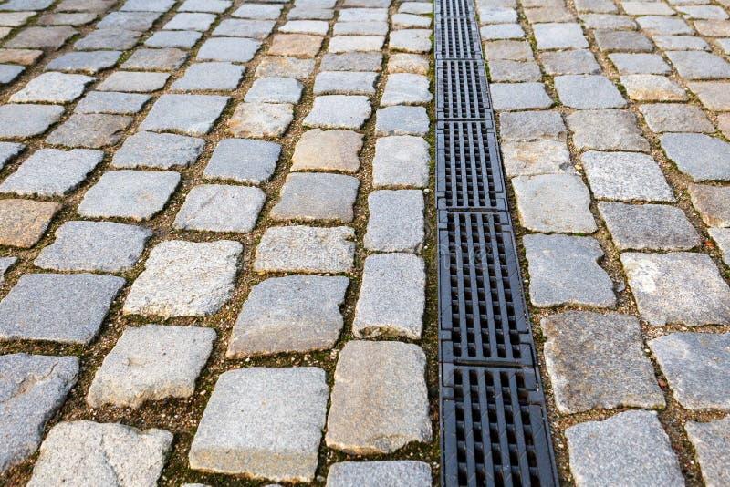 Weg van de oude betonmolens en het drainagesysteem stock foto